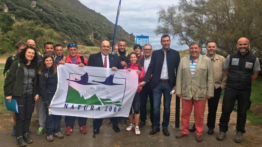 El Gobierno regional se involucra en la restauración y conservación de las dunas en la playa de Berria