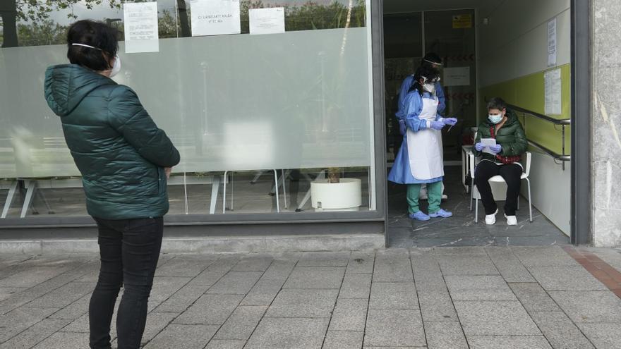 Archivo - Dos sanitarios protegidos con guantes, mascarillas y pantallas protectoras. En Bilbao/Bizkaia/Euskadi (España) a 14 de abril de 2020.