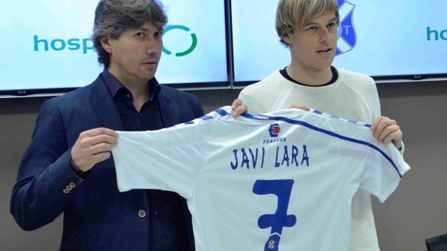 El centrocampista cordobés Javi Lara posando con la camiseta con el dorsal que lucirá en el CD Tenerife.