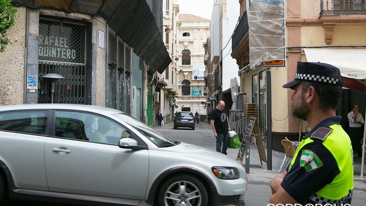 Un agente municipal controla el tráfico en el centro de la ciudad