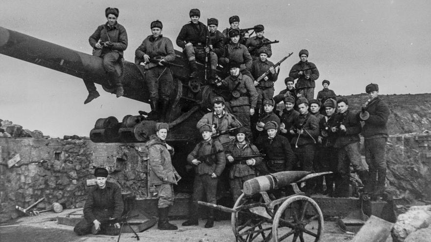 Soldados soviéticos en una batería de artillería contra barcos capturada a los alemanes cerca de Kirkenes en 1944.
