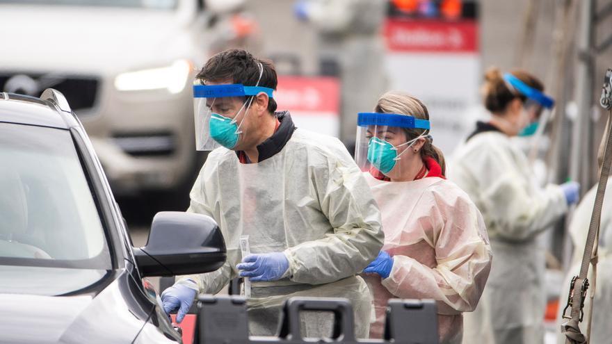 Personal médico y voluntarios realizan tests de coronavirus en el coche a los niños que llegan al Children's National Hospital en Washington DC, Estados Unidos