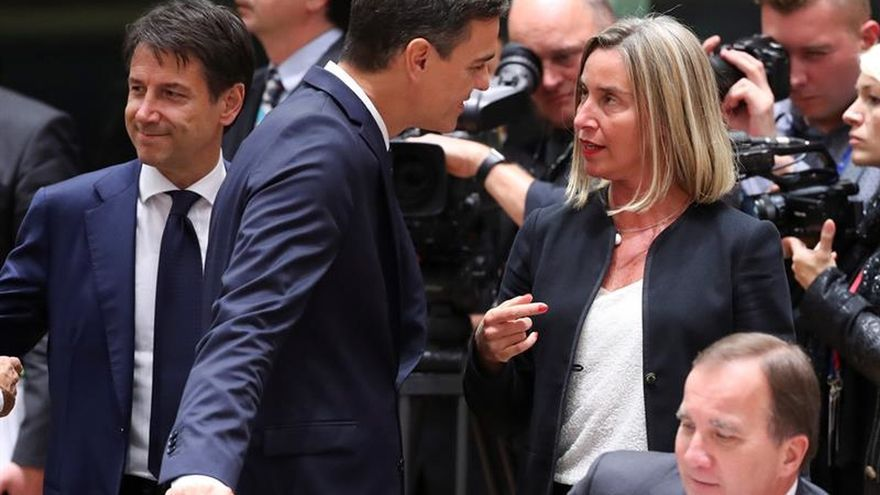 El presidente del Gobierno, Pedro Sánchez, conversa con la alta representante de la UE para Asuntos Exteriores y Política de la UE, Federica Mogherini.