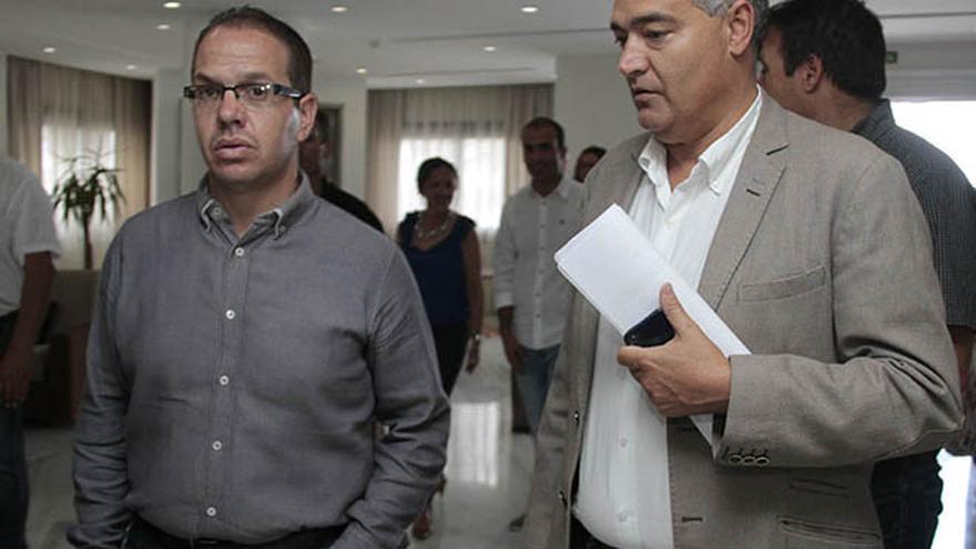 Antonio Morales y José Juan Cruz, secretarios de organización de CC y PSOE. (Foto: De la Cruz).
