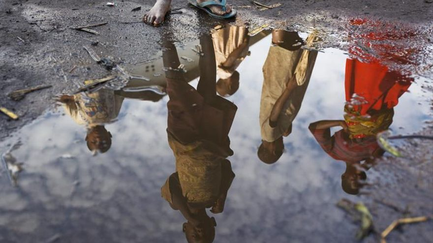 Imagen de archivo. Vista del reflejo de un charco donde se ven unos niños que viven en un campo de refugiados de una ciudad rebelde de República Democrática del Congo.