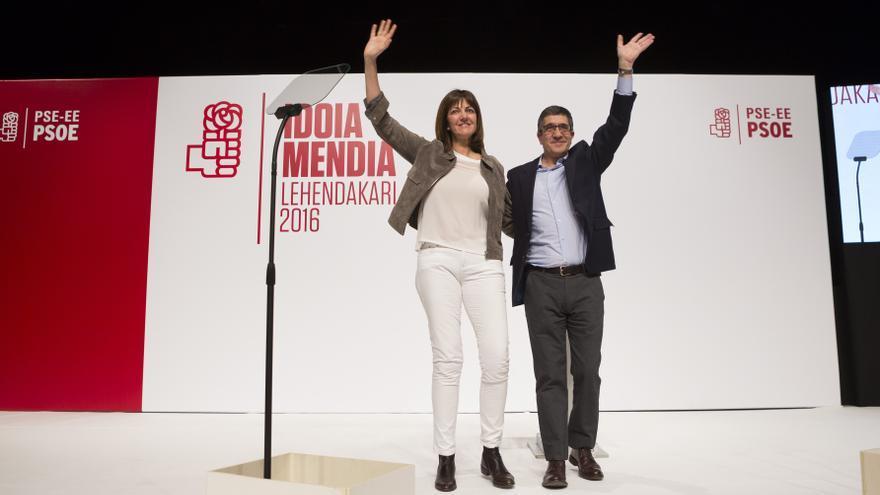 Idoia Mendia, candidata a lehendakari por el PSE, junto a Patxi López.