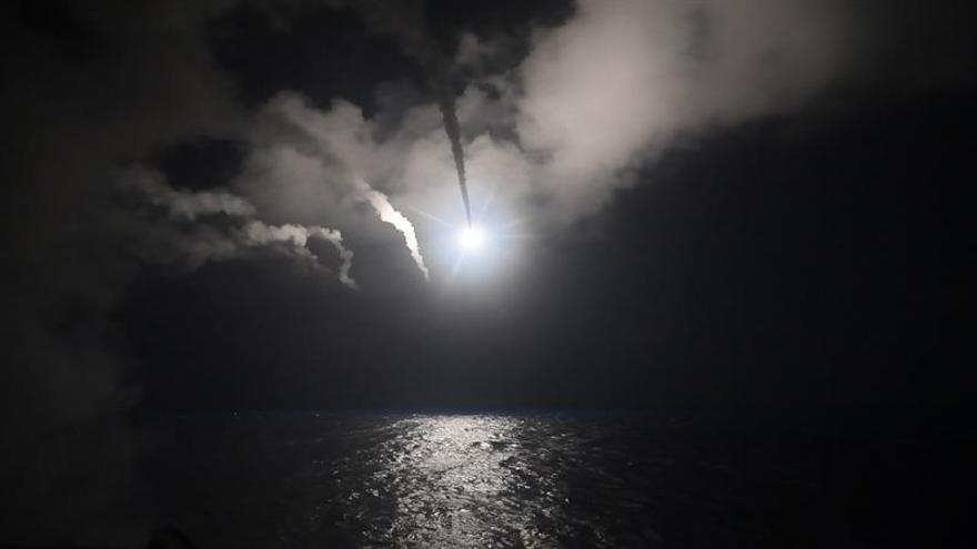 EE.UU. lanza decenas de misiles crucero contra un aeródromo en Siria