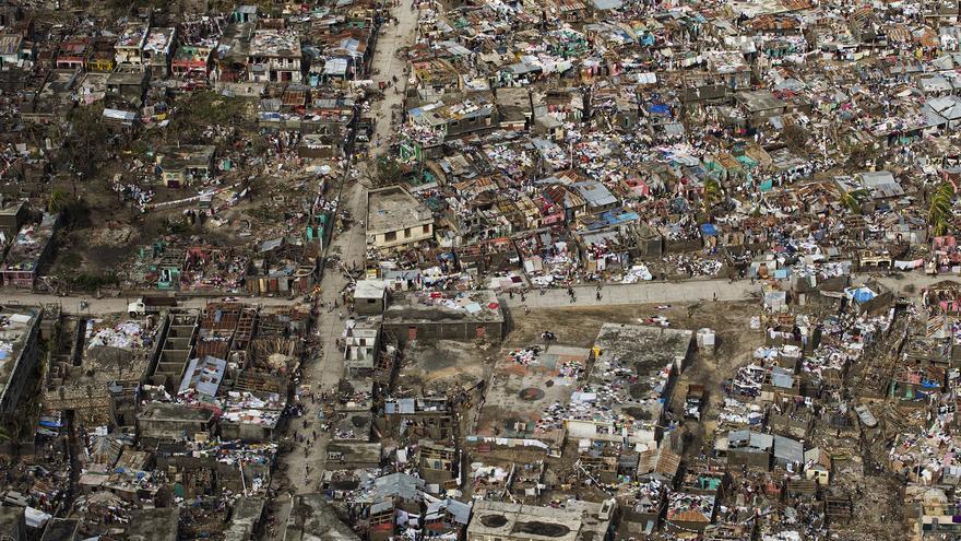 """""""Los techos y las ramas de los árboles salieron volando. El agua comenzó a entrar y las cosas volaron por todas partes"""". La cifra de muertes causadas por el Huracán Matthew, que golpeó Haití el pasado 4 de octubre, sigue en aumento. Haití enfrenta la mayor emergencia humanitaria desde el terremoto en 2010. Aún se desconoce la magnitud de los daños, pero las dramáticas historias de las familias que sobrevivieron a esta fuerte tormenta necesitan ser contadas. FOTO: © UNICEF/UN034980/Abassi, UN-MINUSTAH"""