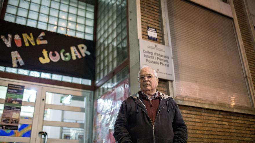 Jesús Martínez, frente al colegio al que fueron sus hijos, el primero de toda Catalunya que adoptó la inmersión