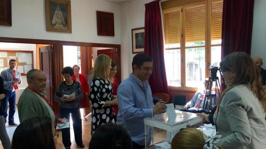 Francisco Reyes, que será elegido presidente de la Diputación en dos semanas, votando en las elecciones municipales.