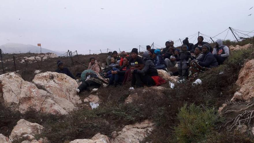 26 mujeres y cinco niños llegan a la Isla del Mar, de soberanía española