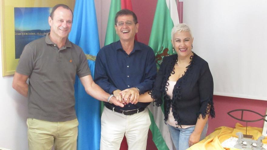 El nuevo presidente de la Mancomunidad del Sureste, Santiago Rodríguez, junto al alcalde de Agüimes y la alcaldesa de Ingenio.