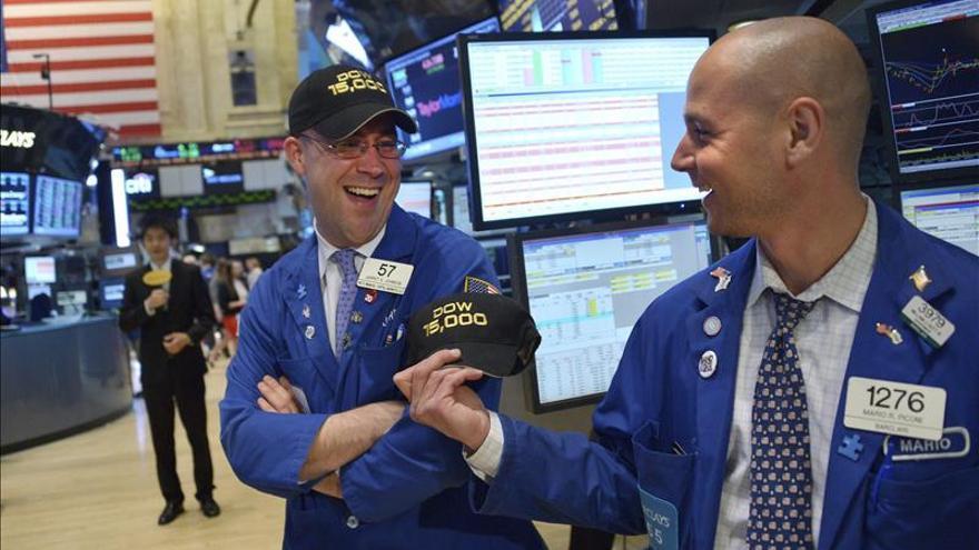 Wall Street cambia de tendencia y cede el 0,19 por ciento a media sesión