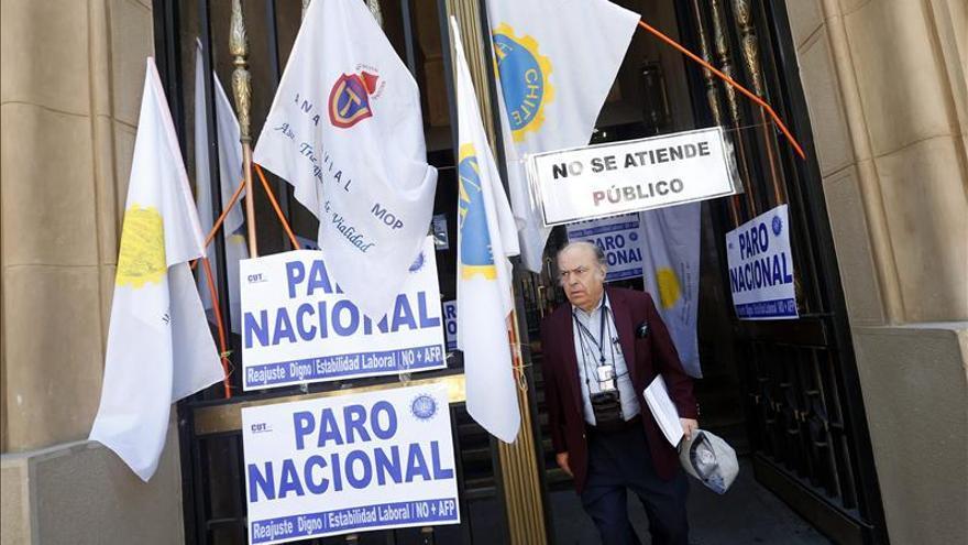 Empleados públicos chilenos declaran otra huelga a cuatro días de las elecciones
