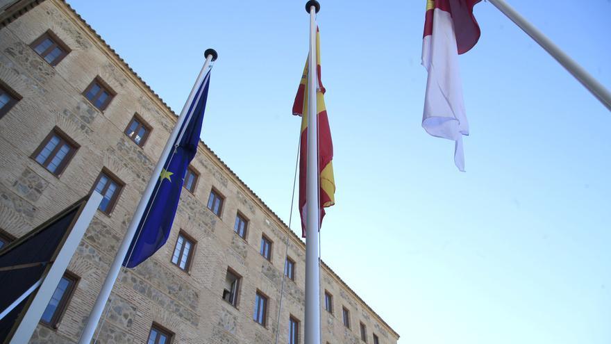 Banderas en la sede de las Cortes de Castilla-La Mancha
