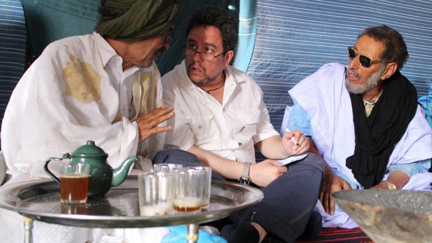 El abogado Manuel Ollé con Abubekeren Ben-Nani Abdalame, a su derecha, también víctimas de los bombardeos marroquíes. / Gabriela Sánchez.