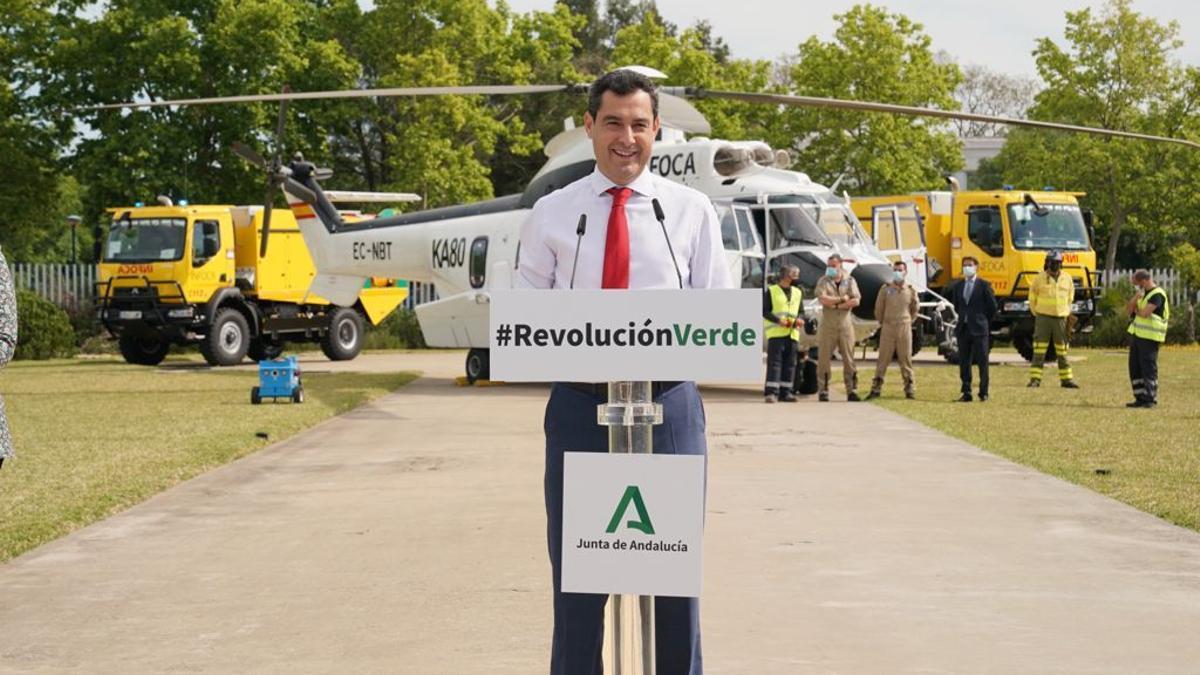 El presidente andaluz, Juan Manuel Moreno, presenta el helicóptero Super Puma del Infoca, un día después de las madrileñas.