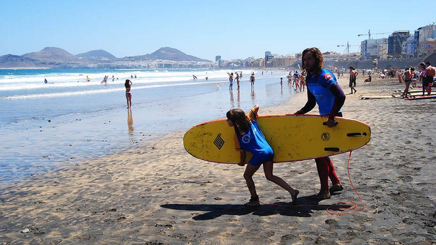Los más pequeños fueron los primeros en apuntarse a las clases gratuitas de iniciación que ofrecían las escuelas de surf. (Canarias Ahora).