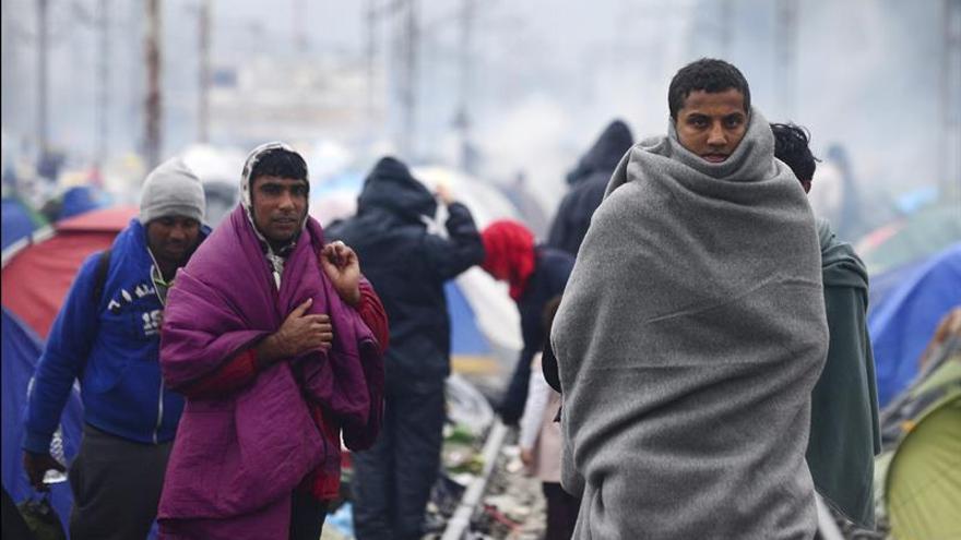 Migrantes vuelven al campamento de refugiados en la frontera entre Grecia y Macedonia, cerca de Idomeni (norte de Grecia), tras su intento por encontrar una vía alternativa para cruzar a Macedonia y ser detenidos por la policía, este 17 de marzo.