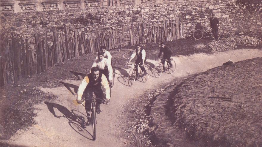 Un momento de una competición ciclista en la época que narra el libro.