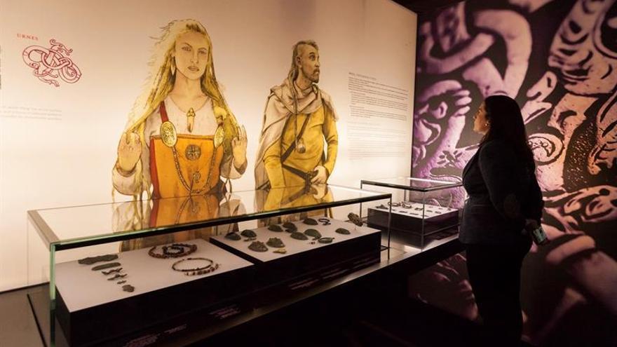 Una visitante en la exposición 'Vikingos, Guerreros del Norte, Gigantes del Mar'.