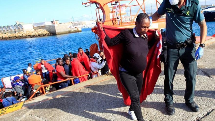 Una migrante embarazada rescatada llega a Tarifa. / A. Carrasco Ragel (Efe)