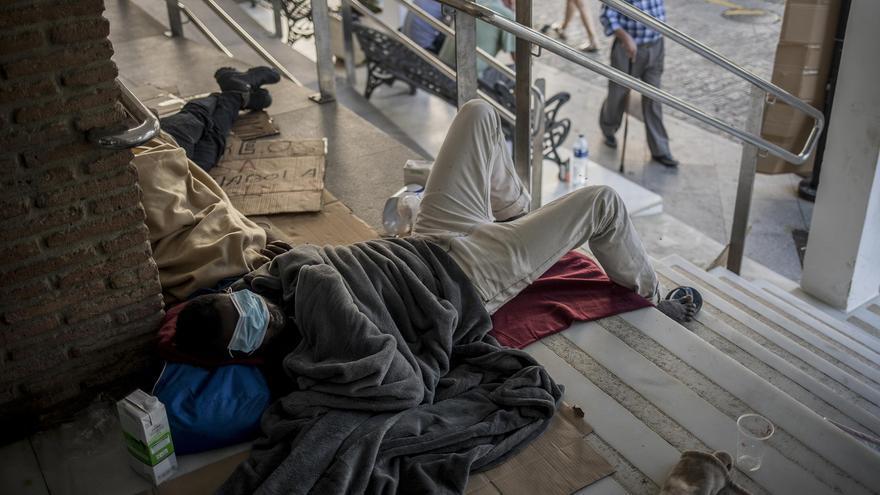 Temporeros de origen africano descansa en la entrada al Ayuntamiento tras el incendio que asoló su asentamiento. Sábado 18 de julio de 2020 en Lepe, Huelva ©Javier Fergo