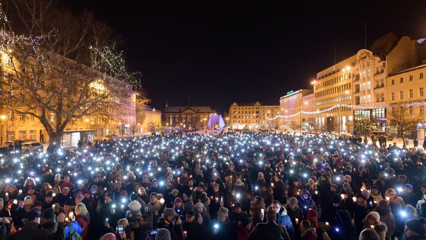 Cientos de personas se manifiestan después de que el alcalde de la ciudad polaca de Gdansk, Pawel Adamowicz, falleciese a causa de un apuñalamiennto.