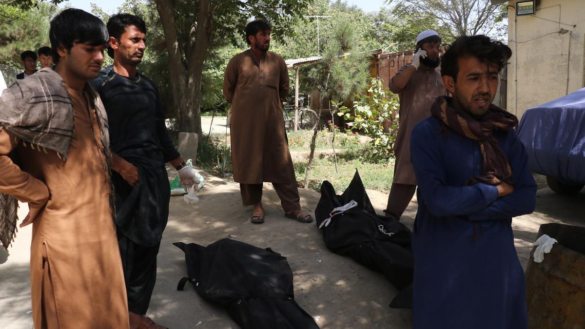 Víctimas del atentado en Afganistán, cerca del aeropuerto de Kabul.