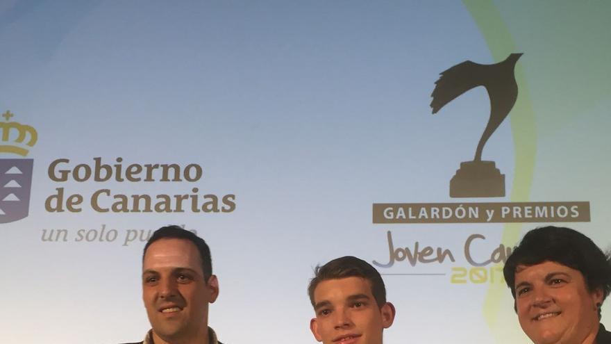 Jonathan Felipe, Ángel Luis Cubas y Ascensión Rodríguez en la ceremonia de entrega de los premios.