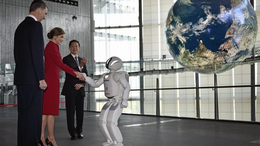 El robot Asimo recibe a Reyes en su visita para apoyar cooperación científica