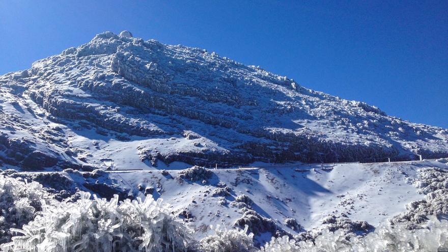 Impresionante imagen del entorno del Observatorio del Roque de Los Muchachos en el que un sol radiante ha hecho brillar el espectacular paisaje helado de las cumbres de la Isla.