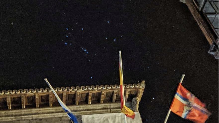 La constelación de Orión sobre el Ayuntamiento de Santa Cruz de La Palma.