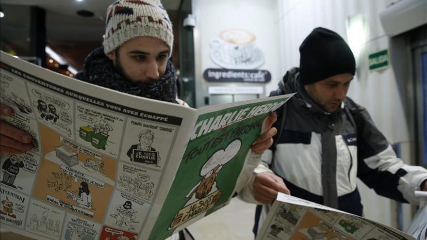 """""""Charlie Hebdo"""" vuelve con Le Pen, Sarkozy, el papa y un yihadista en portada"""