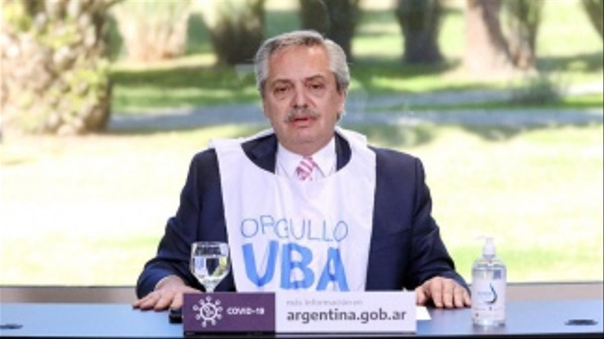 Alberto Fernández con la pechera de la UBA
