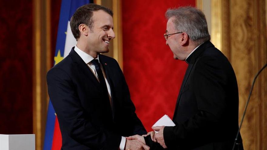 Luigi Ventura, con Emmanuel Macron