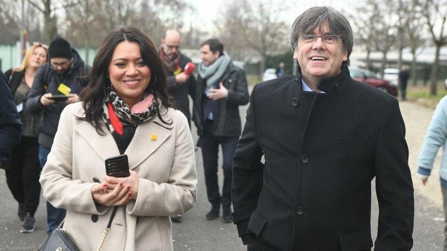Carles Puigdemont acompañado de su esposa Marcela Topor llega a Estrasburgo para participar en el pleno de la Eurocámara