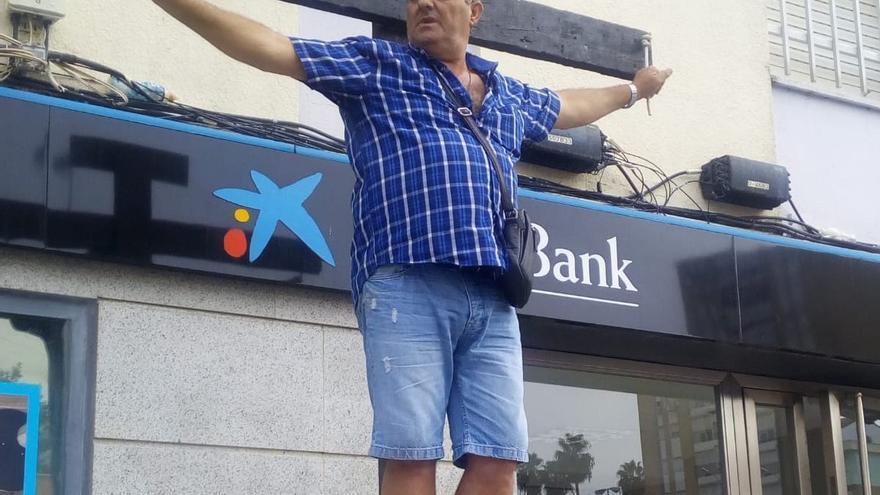 Manuel, durante su protesta este viernes en Huelva.