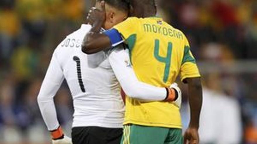 Jugadores sudafricanos se abrazan al término del partido. (GETTY)