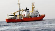 El barco Aquarius trasporta a más de 600 refugiados rescatados en el Mediterráneo