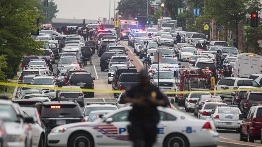 Vista general de los atascos después de que la policía acordonara la zona del centro administrativo de la Marina Navy Yard de Washington, Estados Unidos. (Efe/Michael Reynolds)