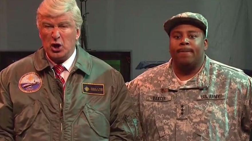 Trump/Baldwin hace frente a una invasión extraterrestre en SNL.