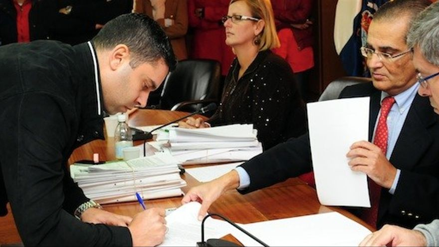 Isidro Armas, en su nombramiento de 2013, junto a Marco Aurelio Pérez. (MASPALOMAS AHORA)