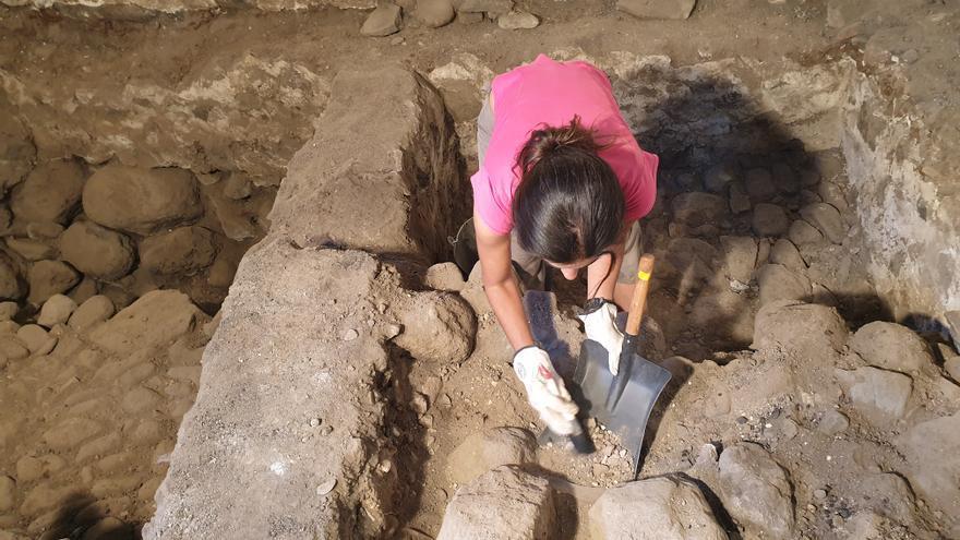 Nuria Álvarez en la segunda fase de excavación del Castillo de Santa Cruz de La Palma.