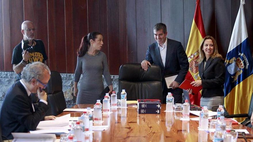 El presidente del Ejecutivo regional, Fernando Clavijo (c), junto a la vicepresidenta, Patricia Hernández (i) y la consejera de Hacienda, Rosa Dávila (d)