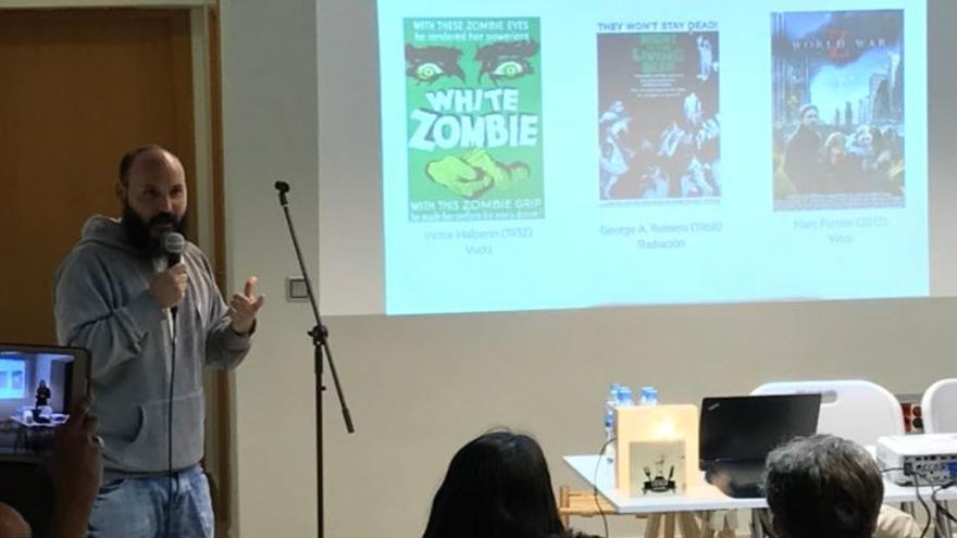 Enrique Royuela durante su charla 'Virus y Zombis'