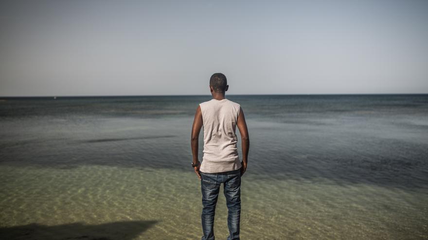 Jamal, de 23 años, de Mogadishu (Somalia) mira hacia el océano. Huyó de Somalia por amenazas de Al Shabab y fue encarcelado en Libia, de donde logró salir y escapar en barco a Italia en mayo de 2016.