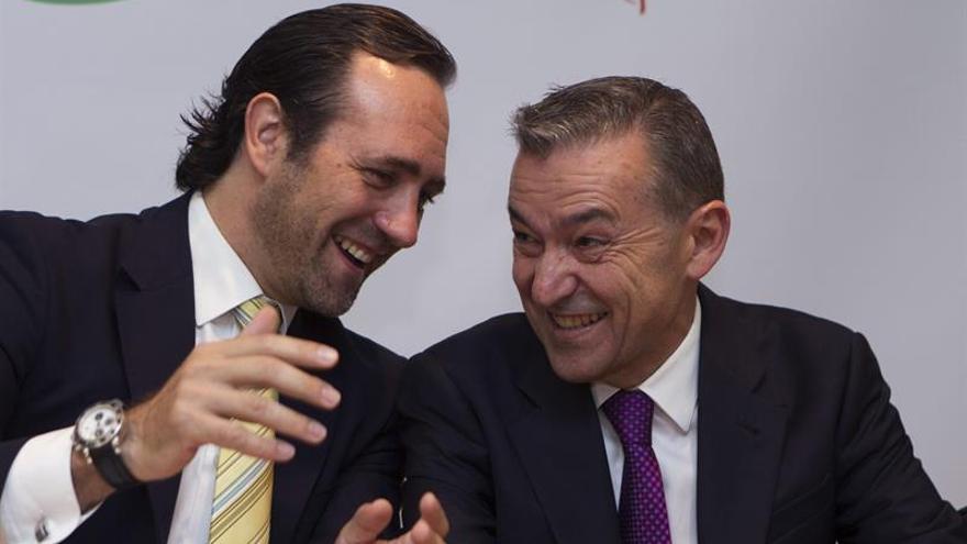El presidente del Gobierno de Canarias, Paulino Rivero (d), y el jefe del Ejecutivo balear, José Ramón Bauzá. (EFE/Montserrat T. Díez).