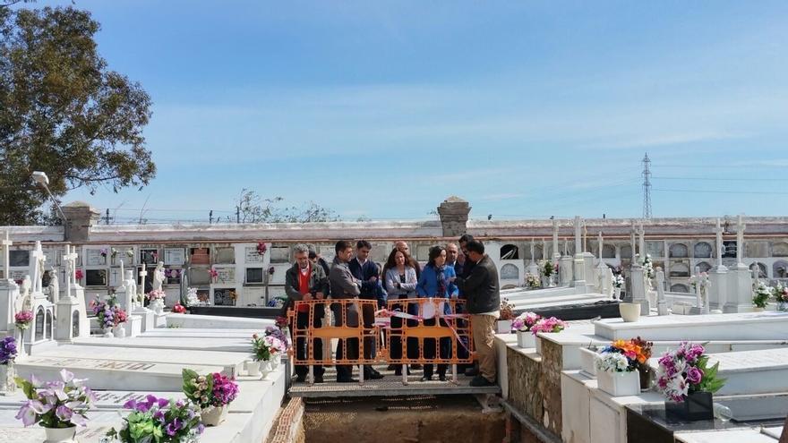 Rosa Aguilar visita la fosa común de Puerto Real donde se han localizado más de 100 víctimas del franquismo