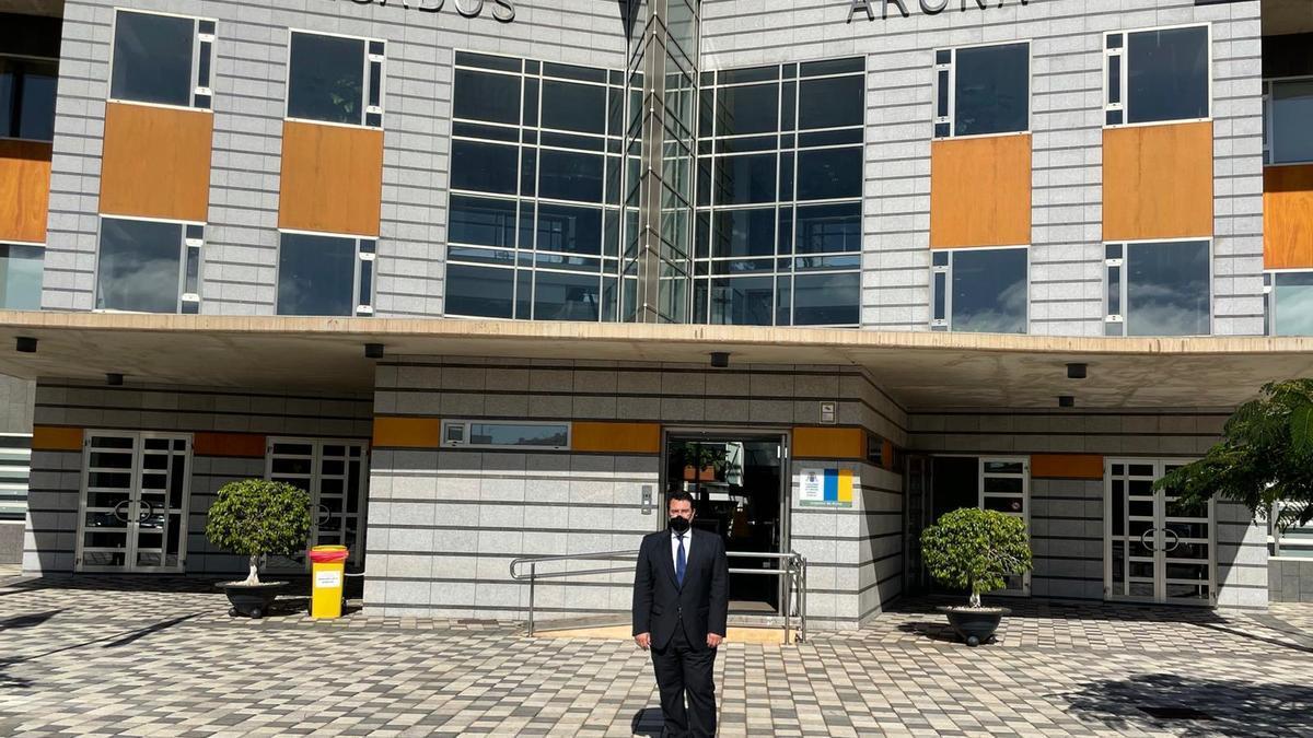 Carlos Aránguez, abogado del caso Arbistar, visita los Juzgados de Arona, en Tenerife
